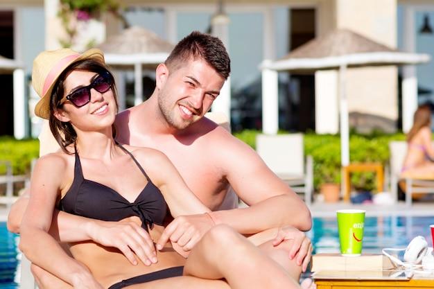 Coppie che propongono vacanze