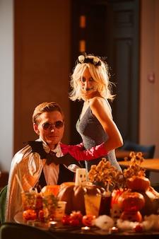 Пара позирует в костюмах хэллоуина