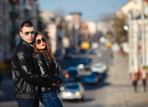 Пара позирует в джинсах и кожаной куртке
