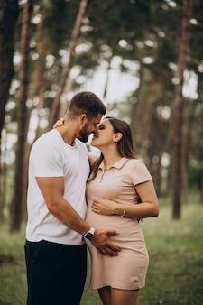 妊娠中、赤ちゃんを待っているカップル