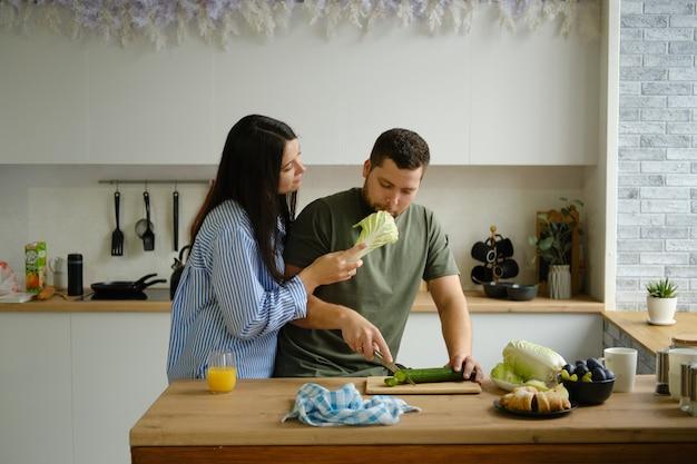 부엌에서 아침 식사를 준비하는 커플