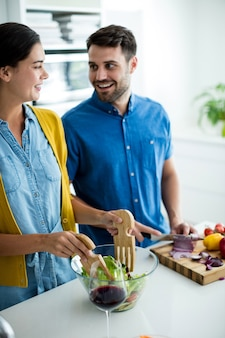 自宅のキッチンで一緒に食事を準備するカップル