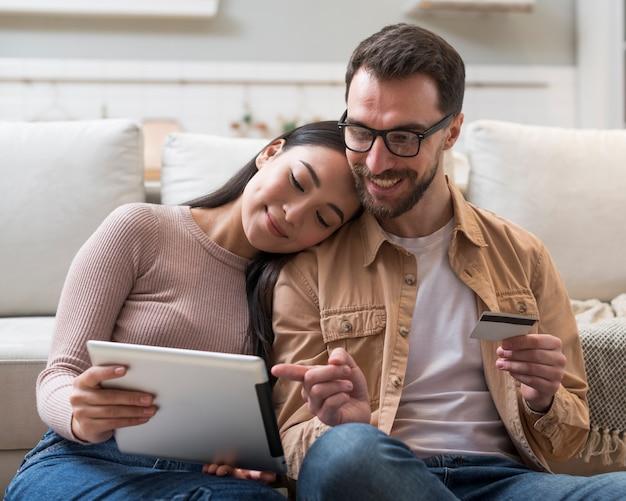태블릿에 온라인으로 구매하는 커플