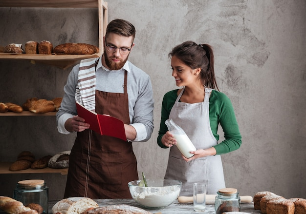 Пара читает рецепт хлеба