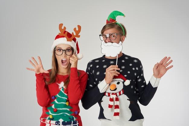 クリスマスの時期の準備ができているカップル