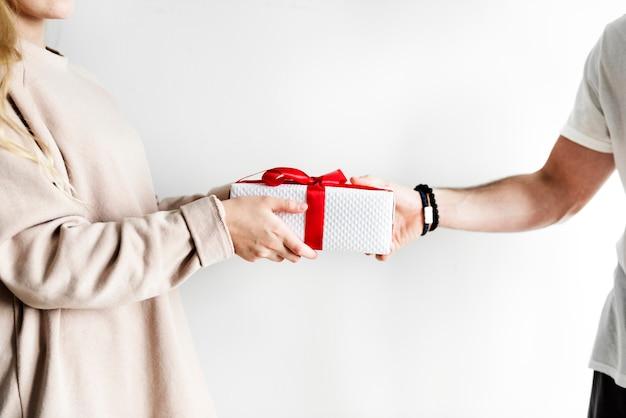 Пара получает и дает подарок