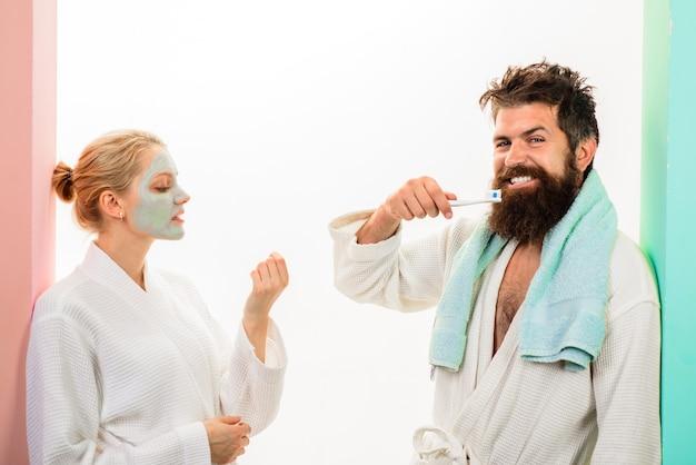 カップル関係ひげを生やした男と歯ブラシ化粧品フェイシャルマスク朝の治療健康