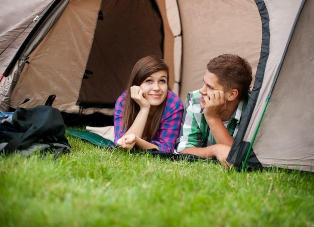 テントで休んでいるカップル