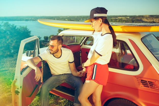 Пара отдыхает на пляже в летний день у реки