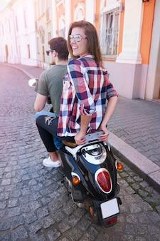 Пара, езда на мотоцикле в городе