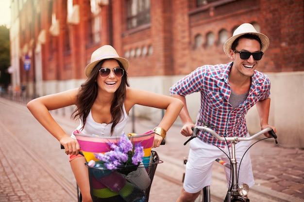市内で自転車に乗るカップル
