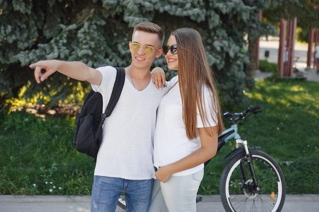 夏の街で自転車に乗るカップル
