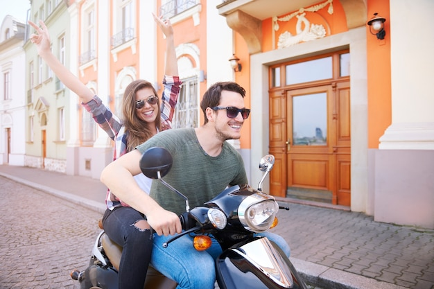 Coppia in sella a una moto in città