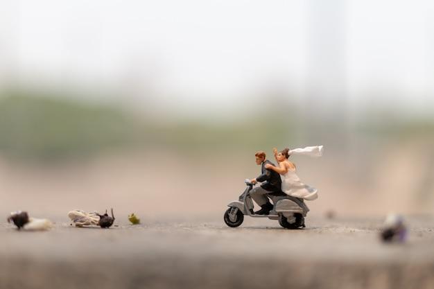 Пара катается на мотоцикле в саду