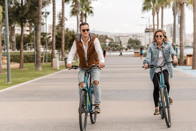 그들의 자전거를 함께 타는 커플