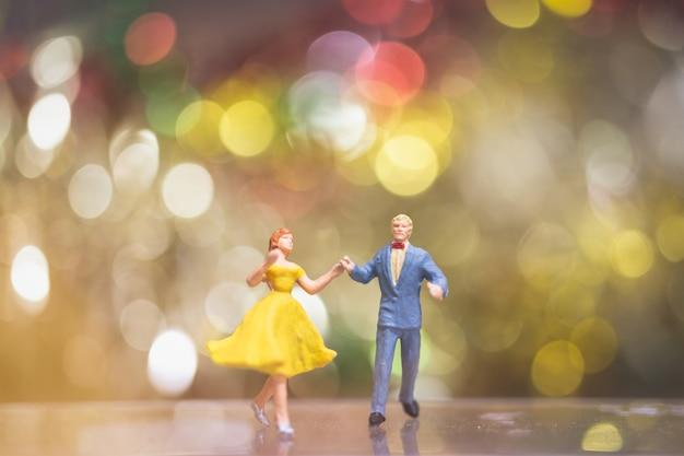 Bokeh 배경으로 커플 로맨틱 댄스