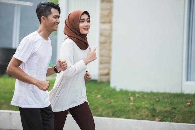 運動とウォームアップに取り組んでいるカップルランナー
