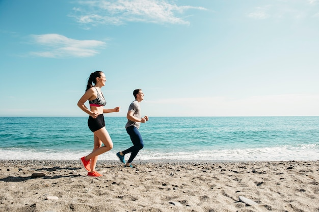 ビーチで走っているカップル