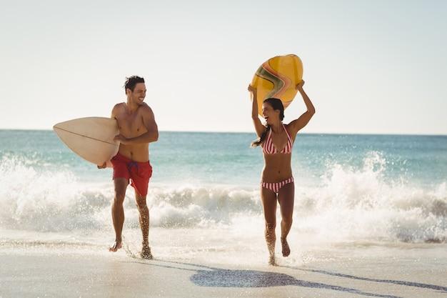 Пара работает на пляже