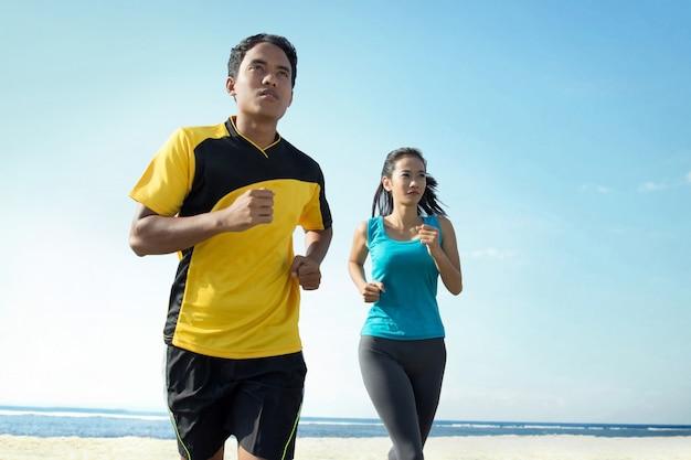 ビーチを走るカップル