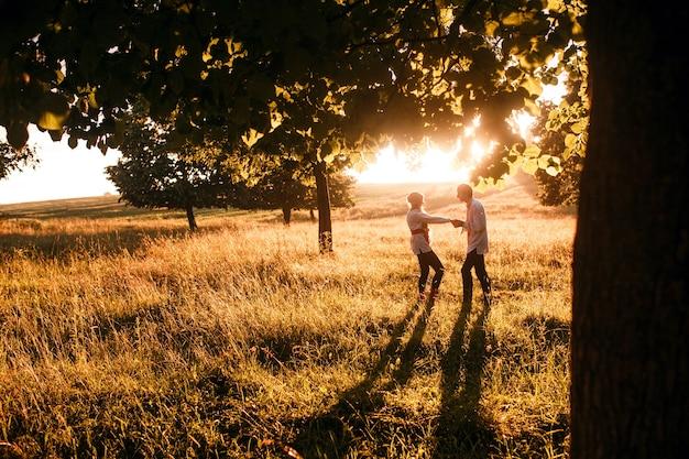 Coppia che corre al tramonto