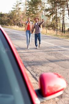 新しい目的地に乗るために走っているカップル