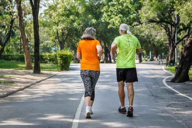 レースで一緒に走っているカップル