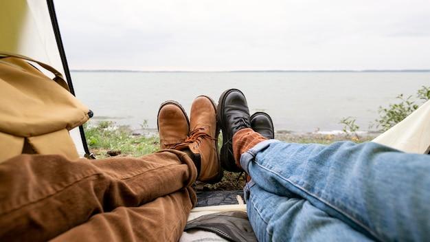 Ноги пары выходят из палатки