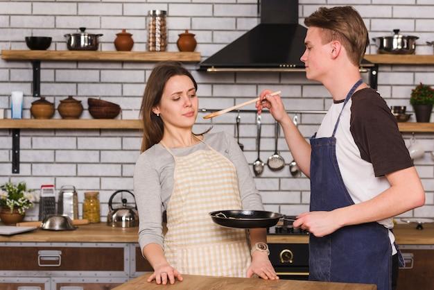 Пара пробует приготовленную еду