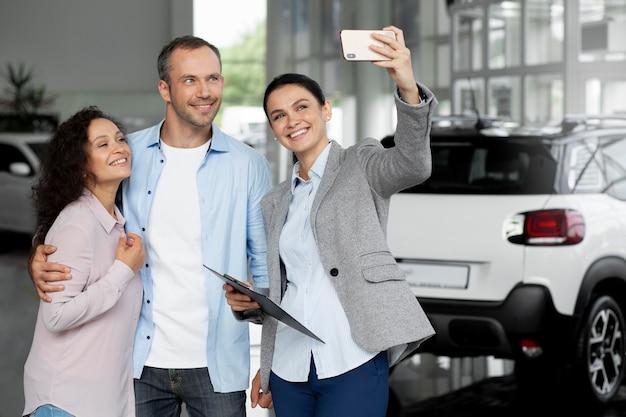 Coppia alla ricerca di una nuova auto in concessionaria