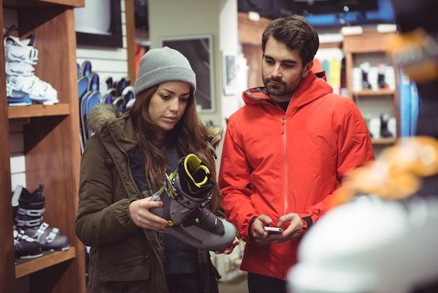 Paio di selezionare la scarpa in un negozio