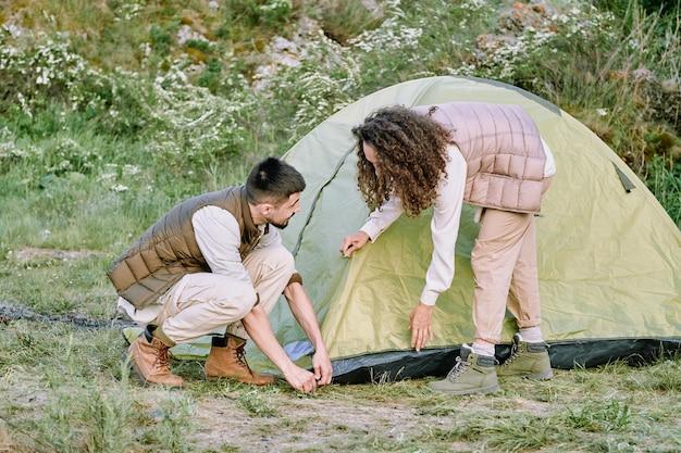 カップルがテントを張る