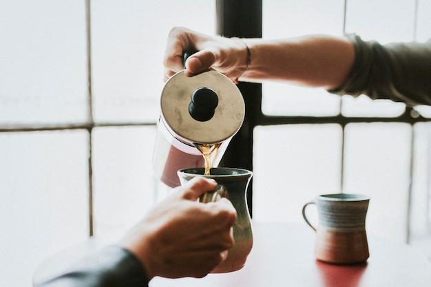 Пара за чашкой кофе перед работой