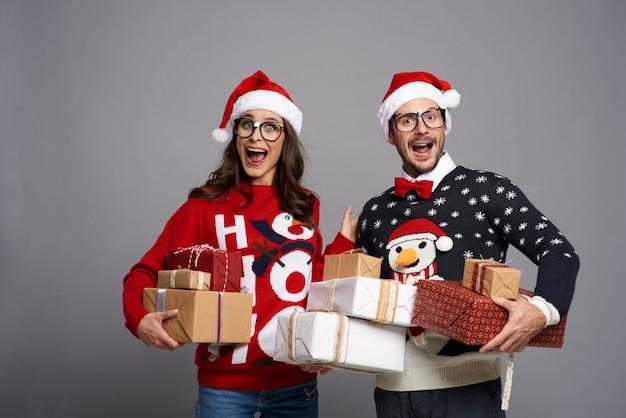 たくさんのクリスマスプレゼントにショックを受けたカップル