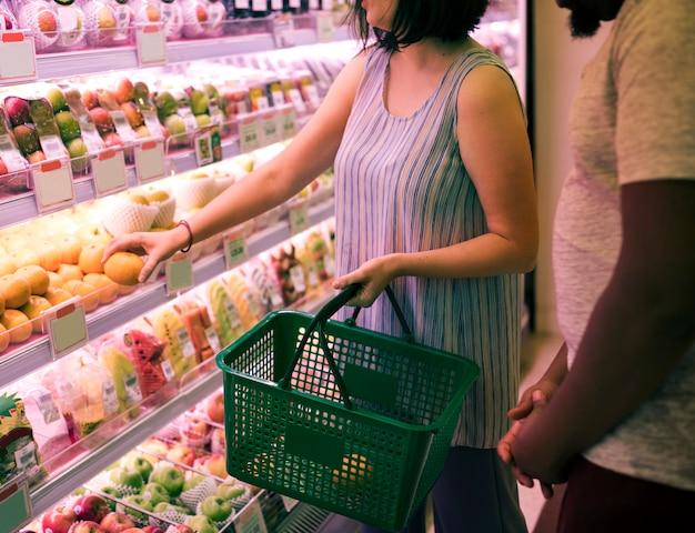 スーパーマーケットで買い物をするカップル