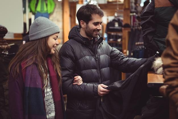 Paio di shopping in un negozio di vestiti