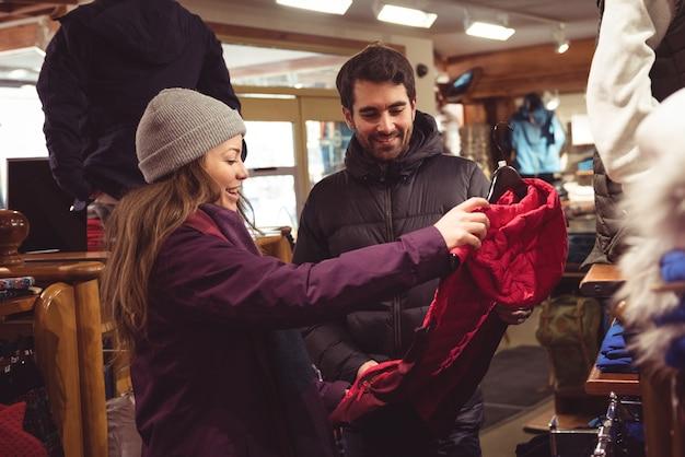 Пара, делающая покупки в магазине одежды