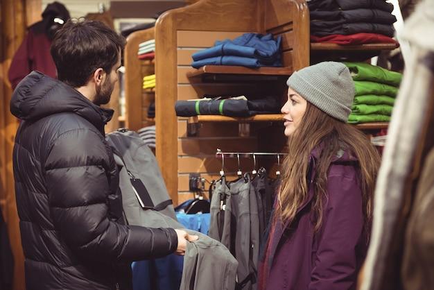 옷이 게에서 쇼핑하는 커플