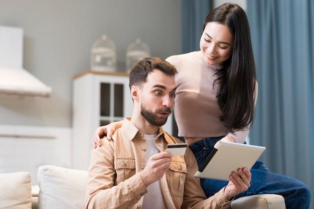 태블릿에 온라인 쇼핑 커플