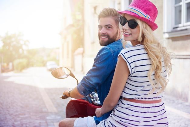スクーターに乗って観光都市をカップル 無料写真