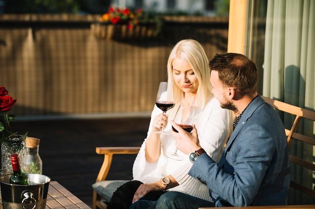 ワインを飲みながらパティオに座っているカップル