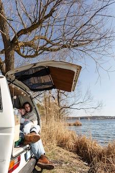 Пара сидит в фургоне полный кадр