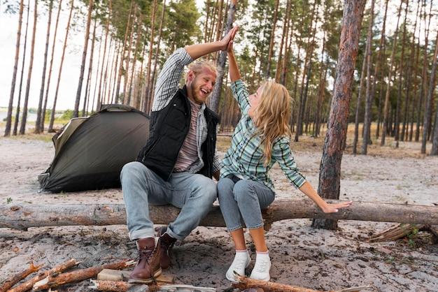 Пара, сидящая на упавшем дереве