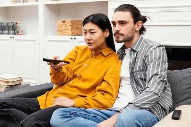 커플 소파에 앉아 tv를 시청하고 함께