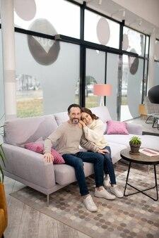 居心地の良い美しいソファに座って気分が良いカップル