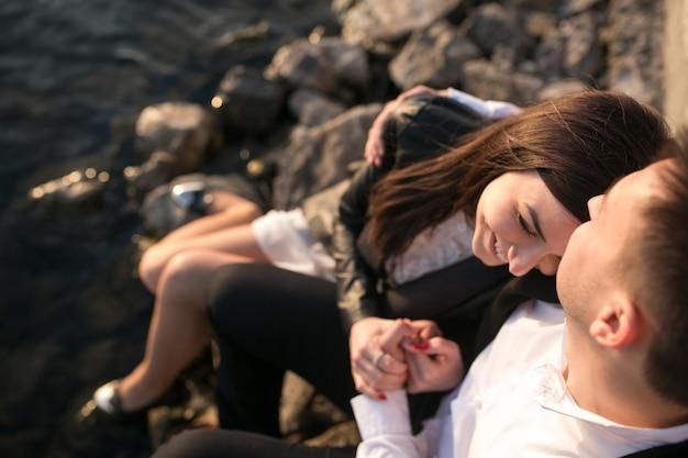 海の岩の上に座ってカップル