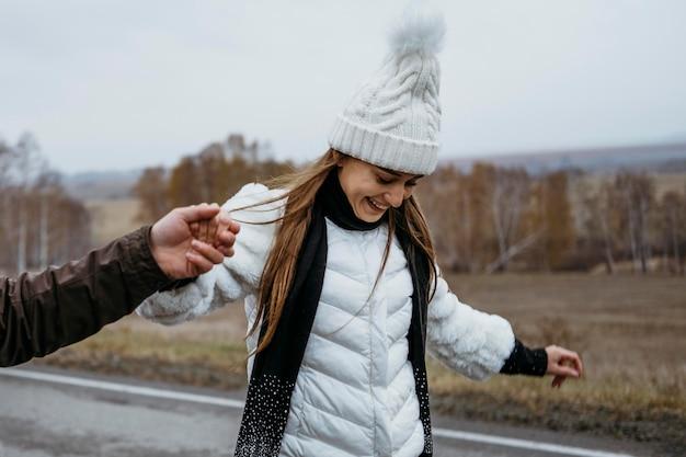 Пара катается на скейтборде на открытом воздухе по дороге вместе