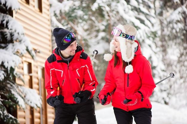 森の中で一緒にスキーをするカップル
