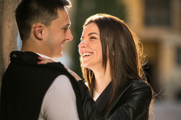 Пара улыбается