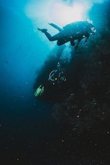 Пара подводного плавания вместе над яркими коралловыми рифами. сосредоточиться на коралловых